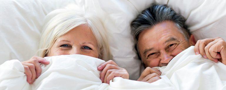 älteres paar erwacht am morgen und freut sich auf den tag